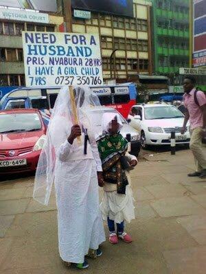 Mwanamke atinga mitaani kutafuta mwanamume wakumuoa
